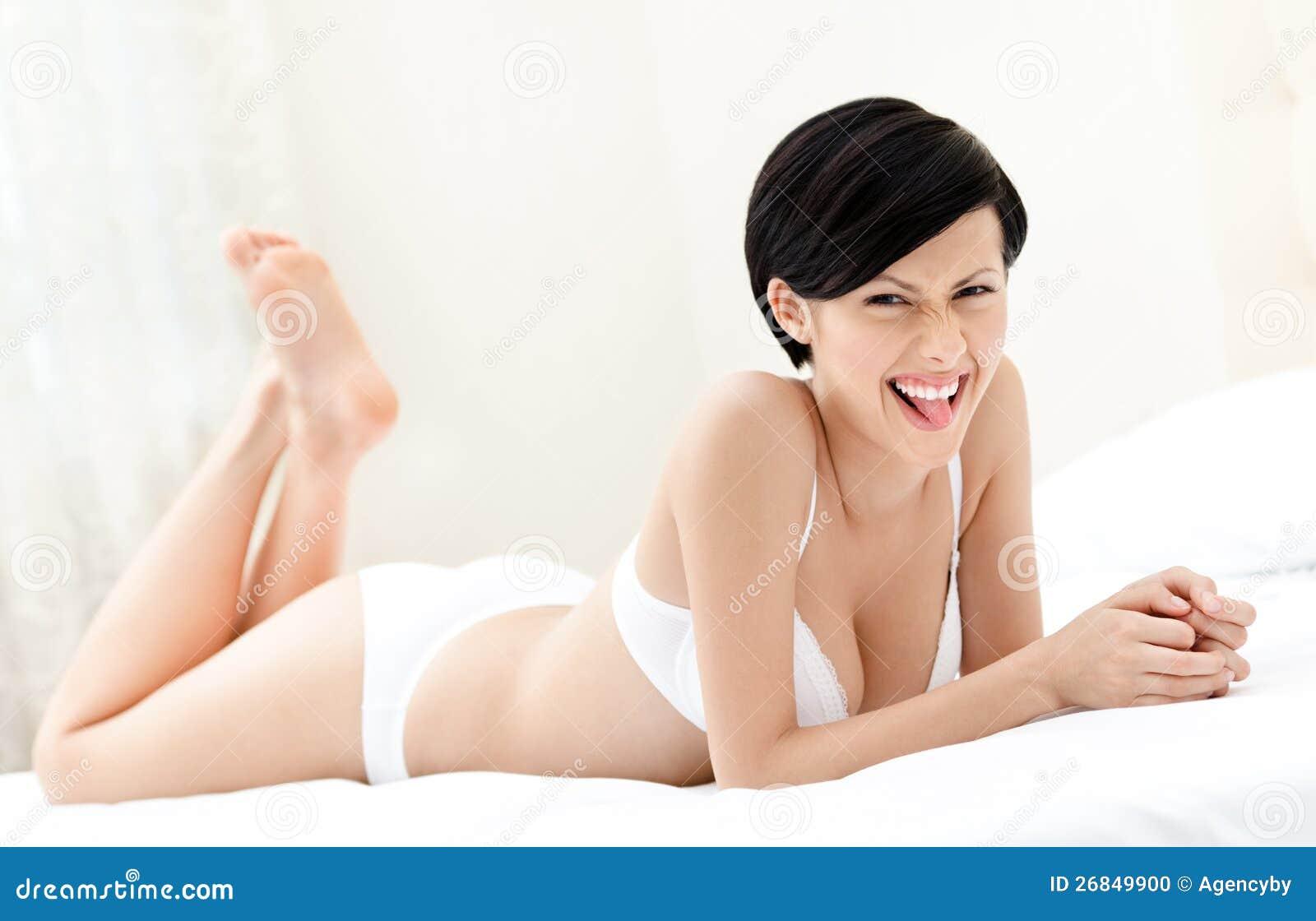 Женщина лежит на животике