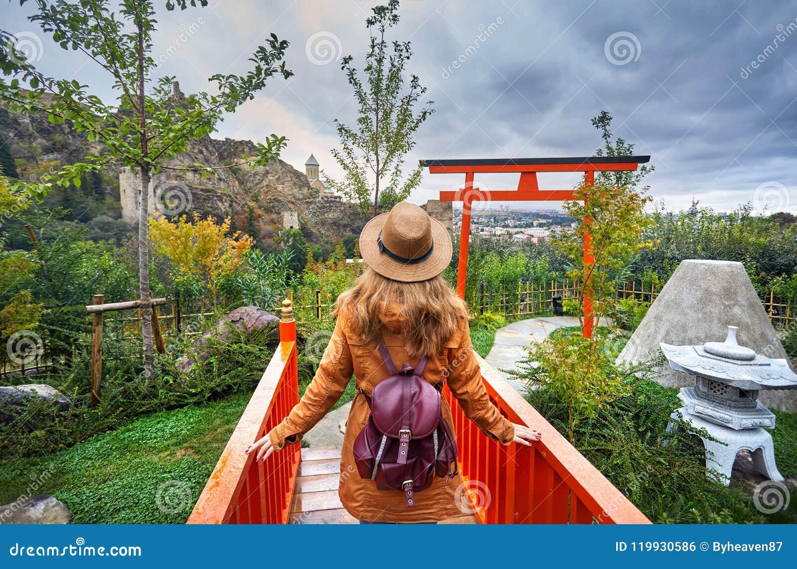 Женщина в ботаническом саде Тбилиси