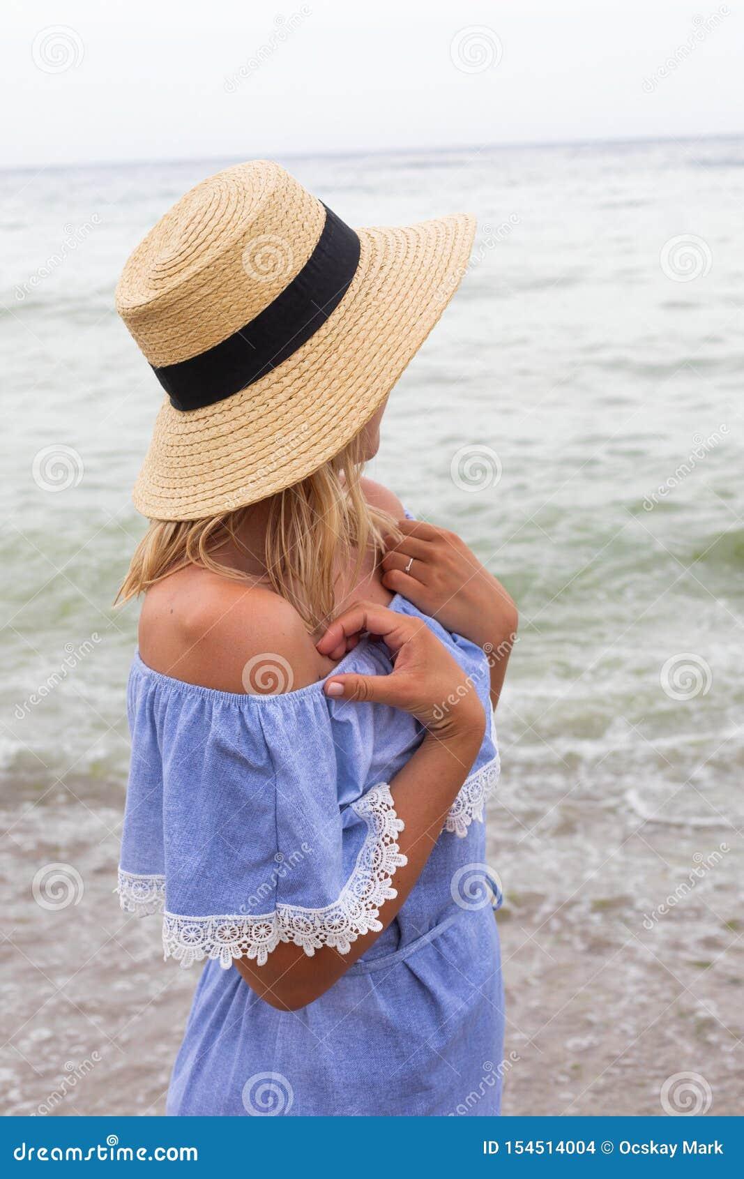Женщина в голубых sundress