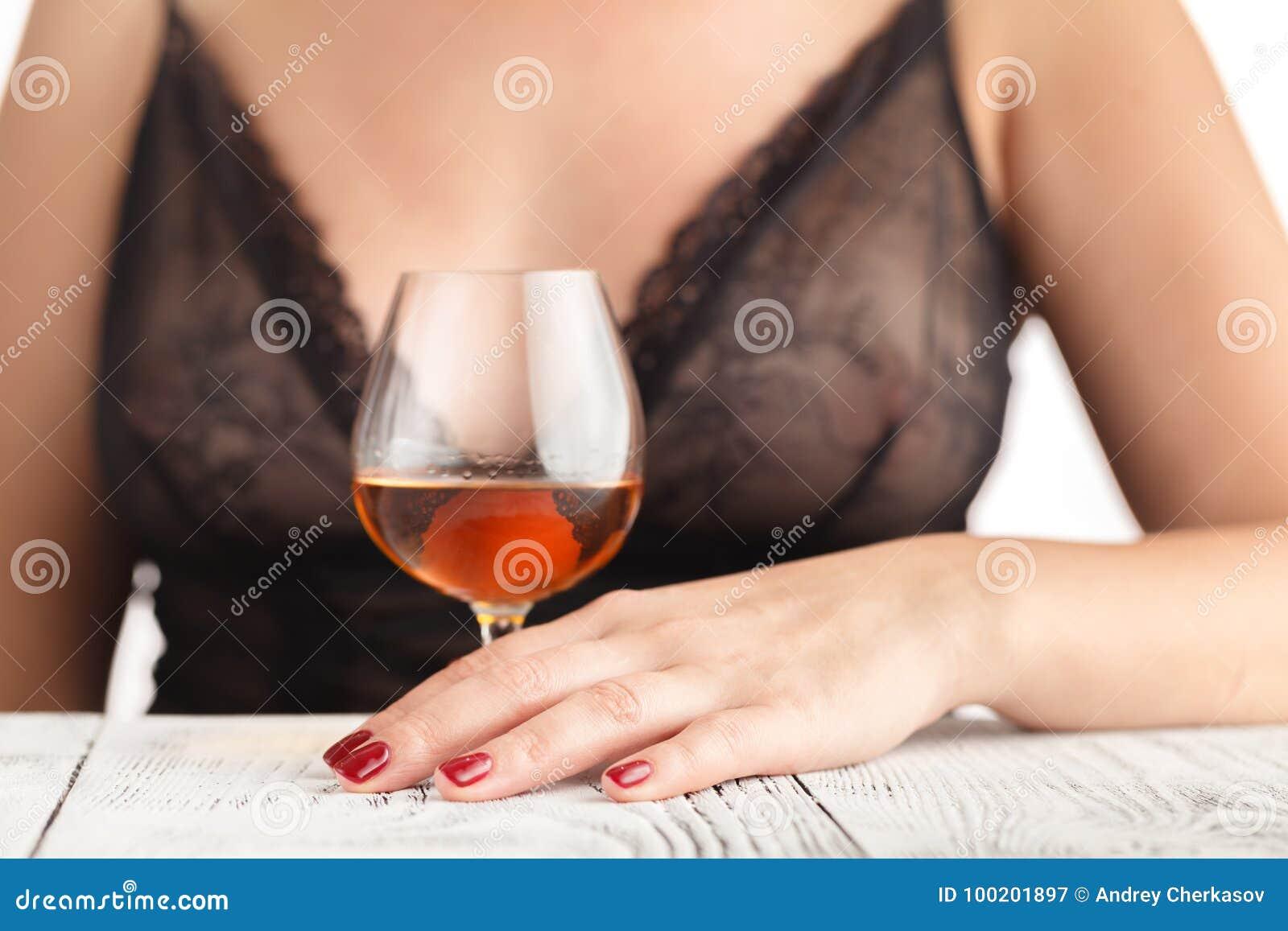 Девушка кончает и вы выпивает это видео