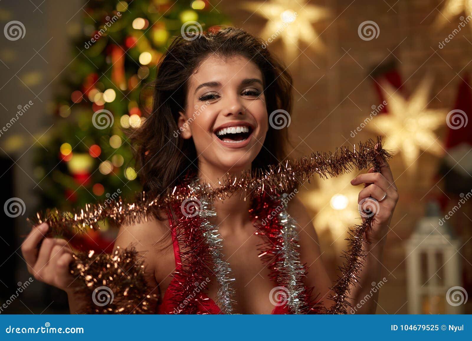 bc9adb037af88 Женщина в женское бельё с рождественской елкой Стоковое Изображение ...