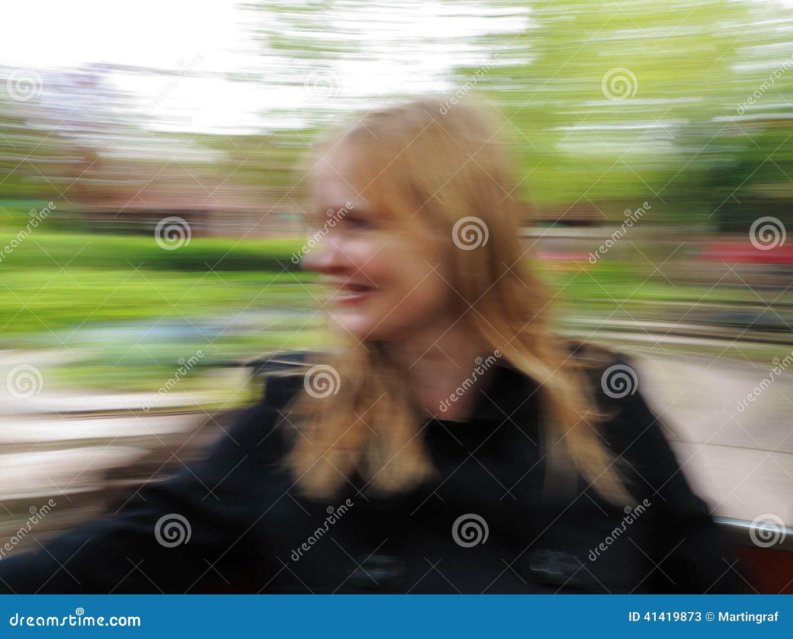 Женщина в запачканном carousel