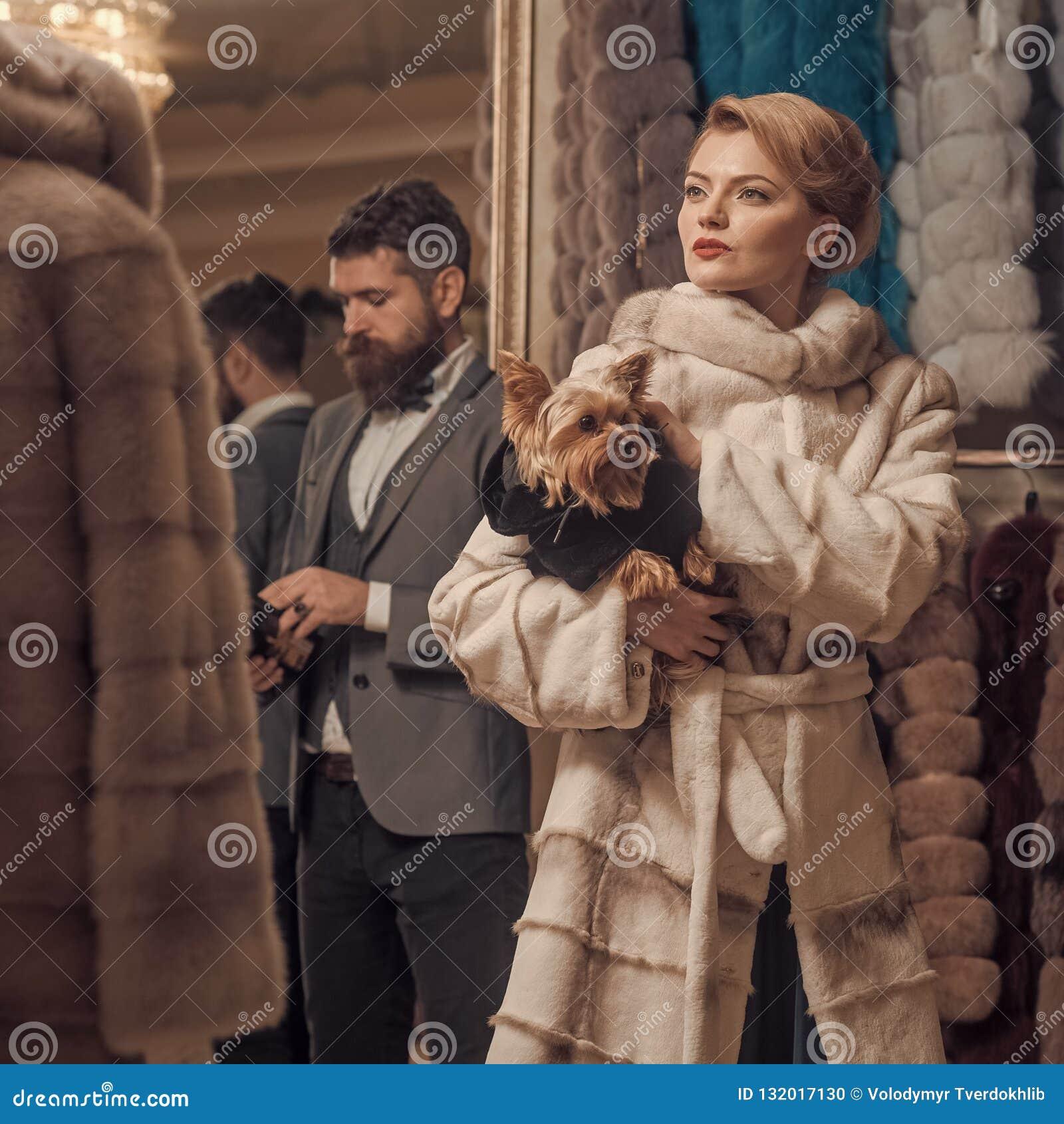 Женщина в меховой шыбе с человеком, покупками, продавцем и клиентом