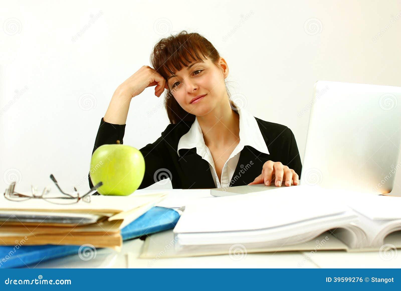 Женщина в офисе с яблоком