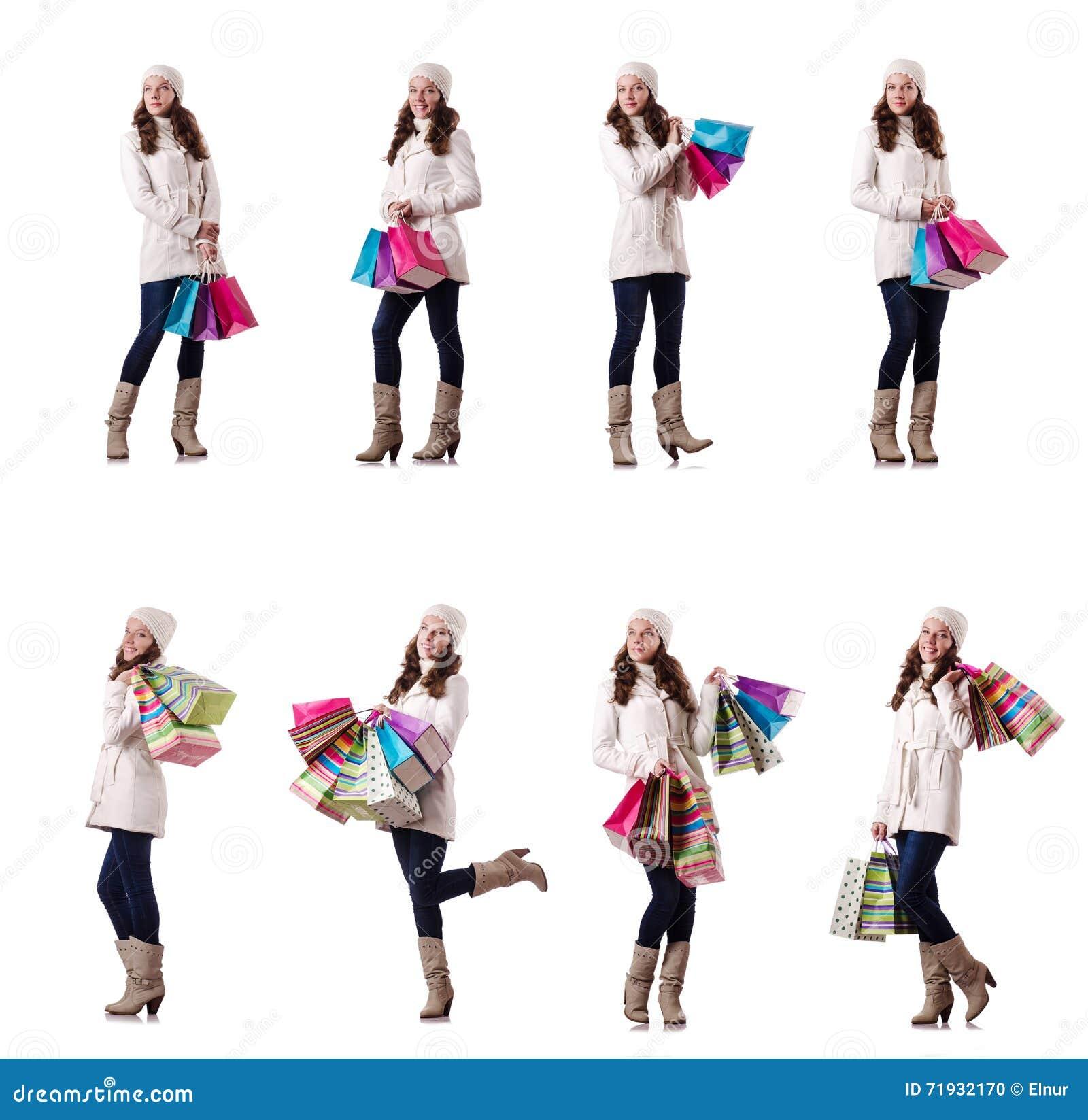 Женщина в одежде зимы делая покупки рождества