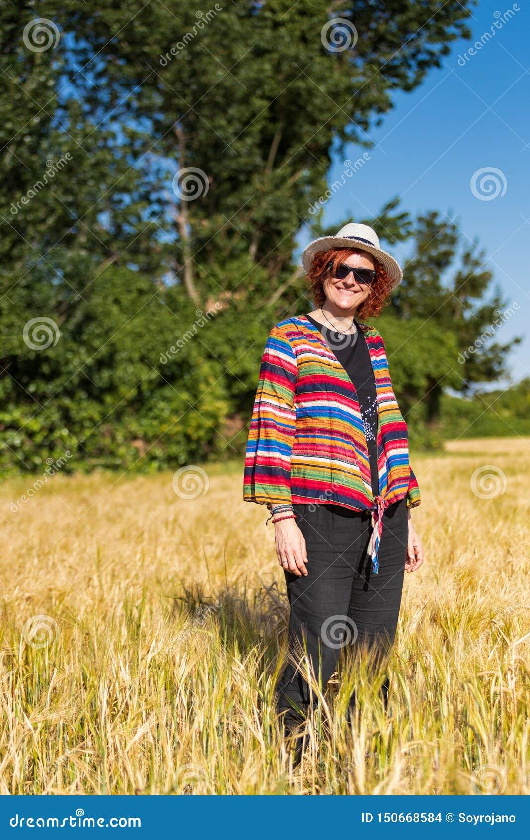 Женщина в пшеничном поле