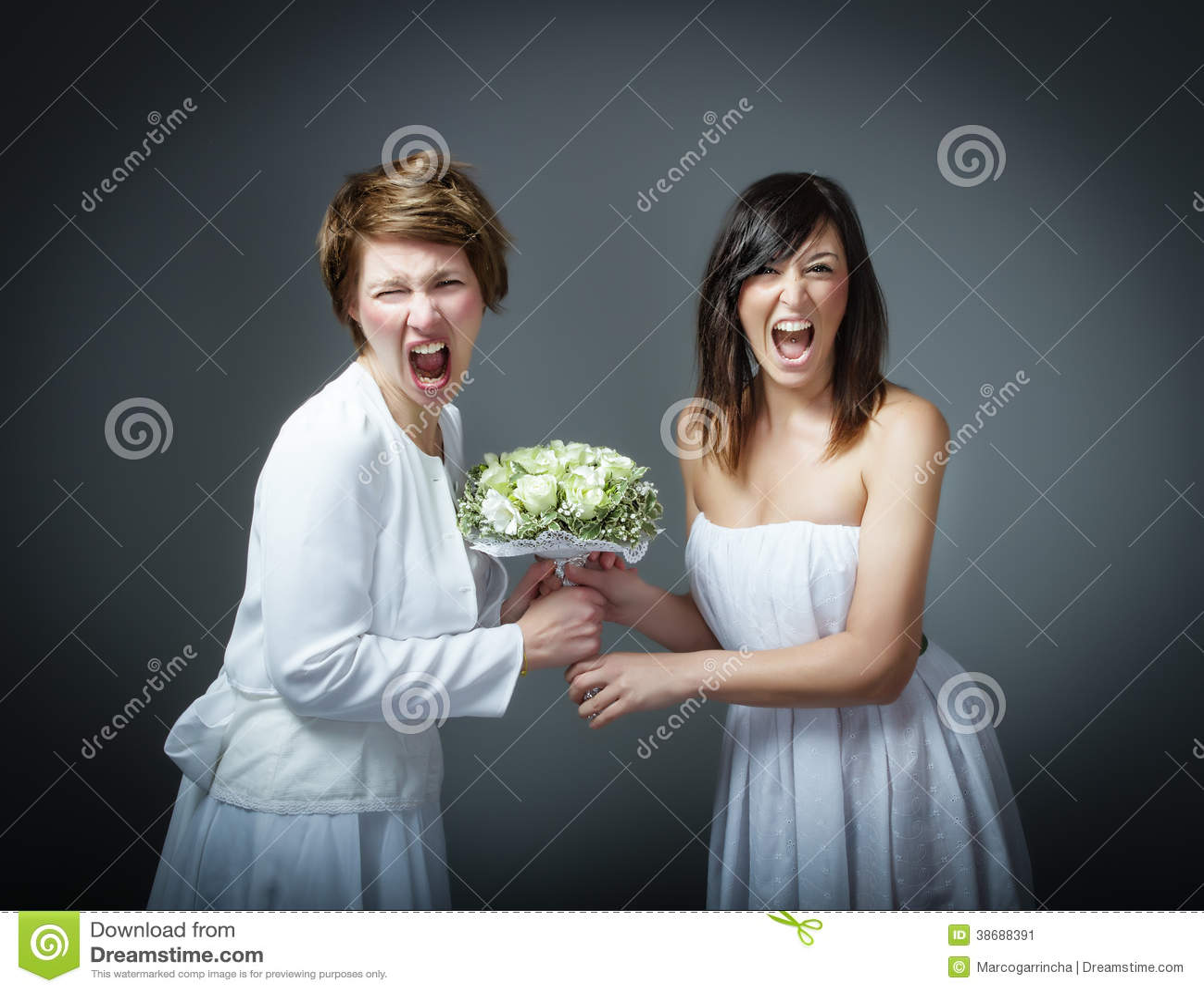 Женщина в платье свадьбы кричащем