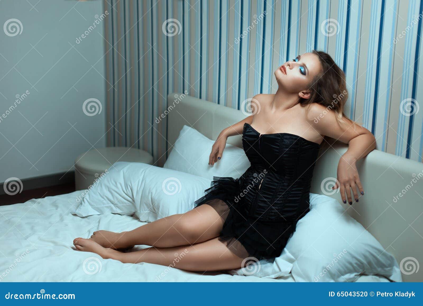 женщина в платье на кровати