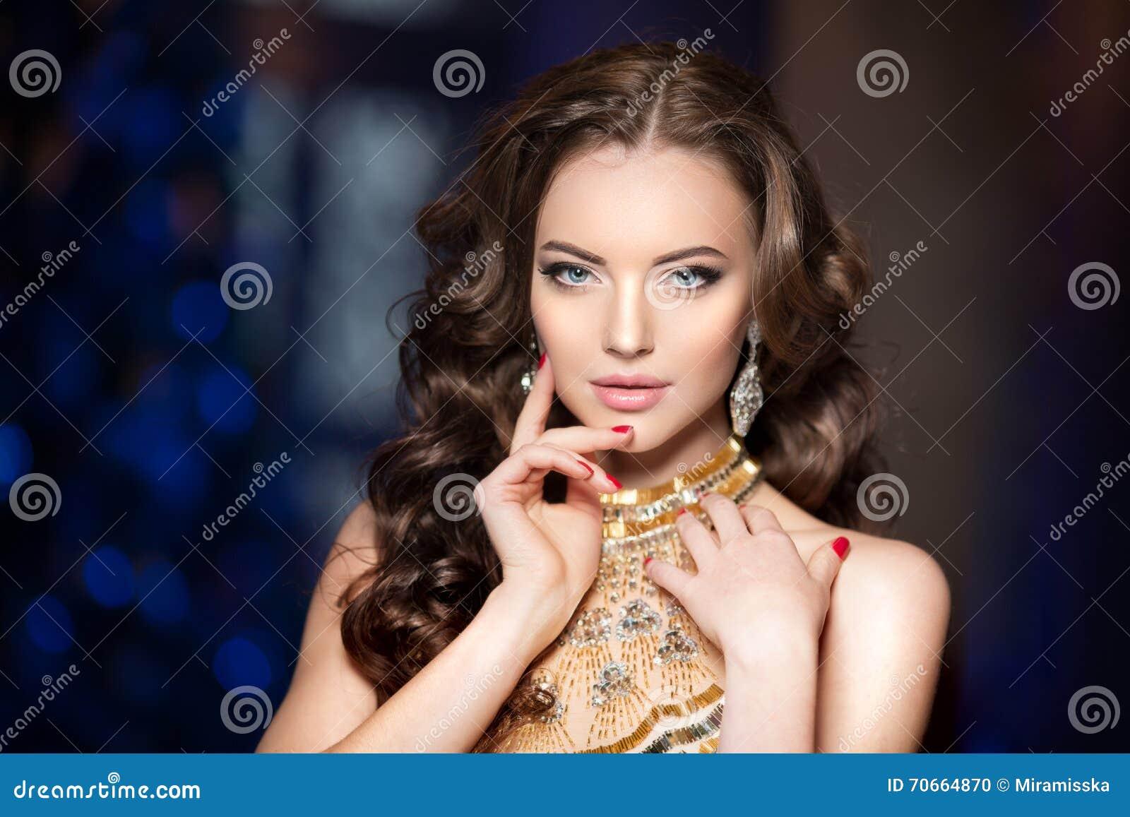 Женщина в платье люкса с кроной любит ферзь, принцесса, партия светов