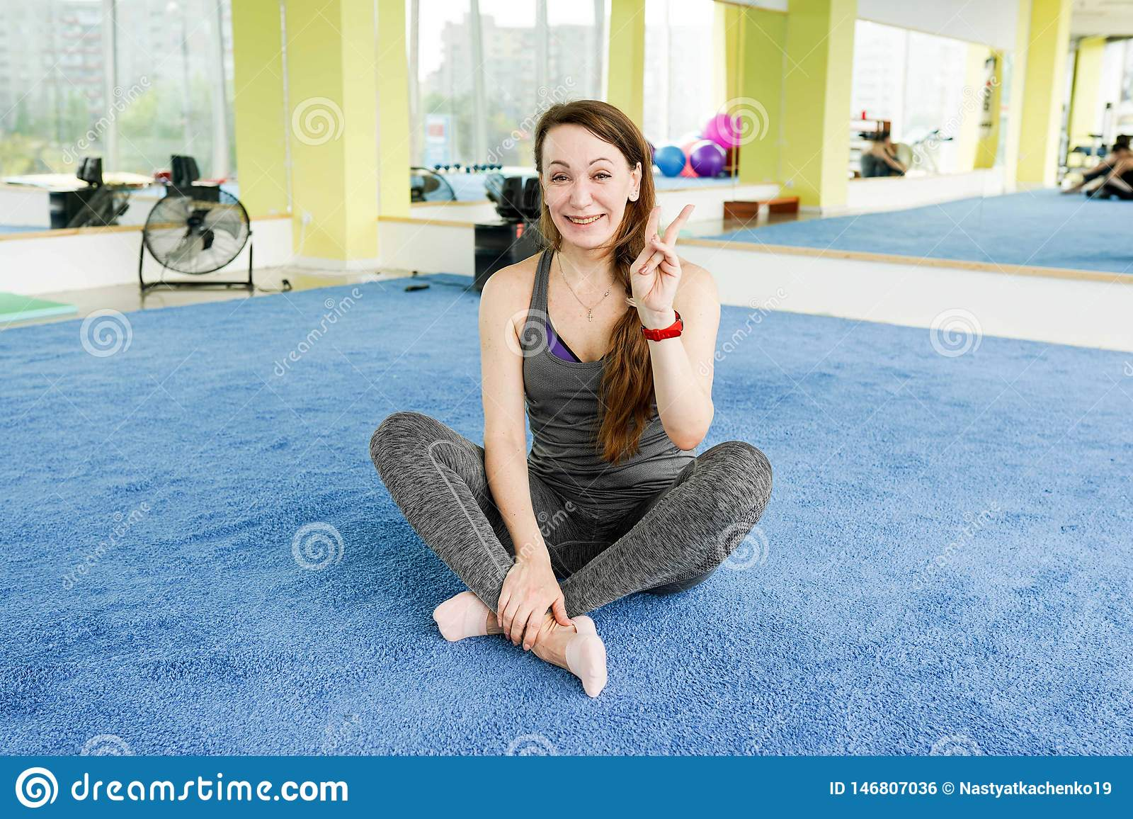 Женщина в спортзале после тренировок фитнеса, с космосом экземпляра