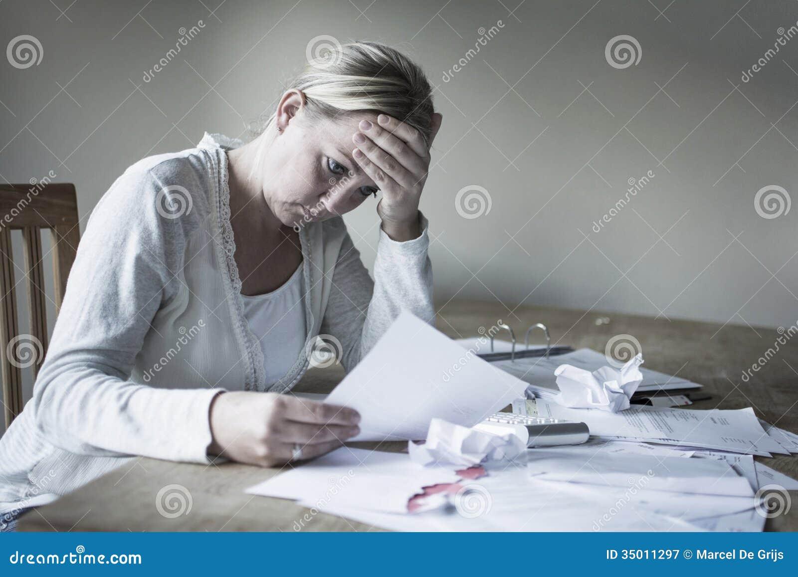 Женщина в финансовом напряжении
