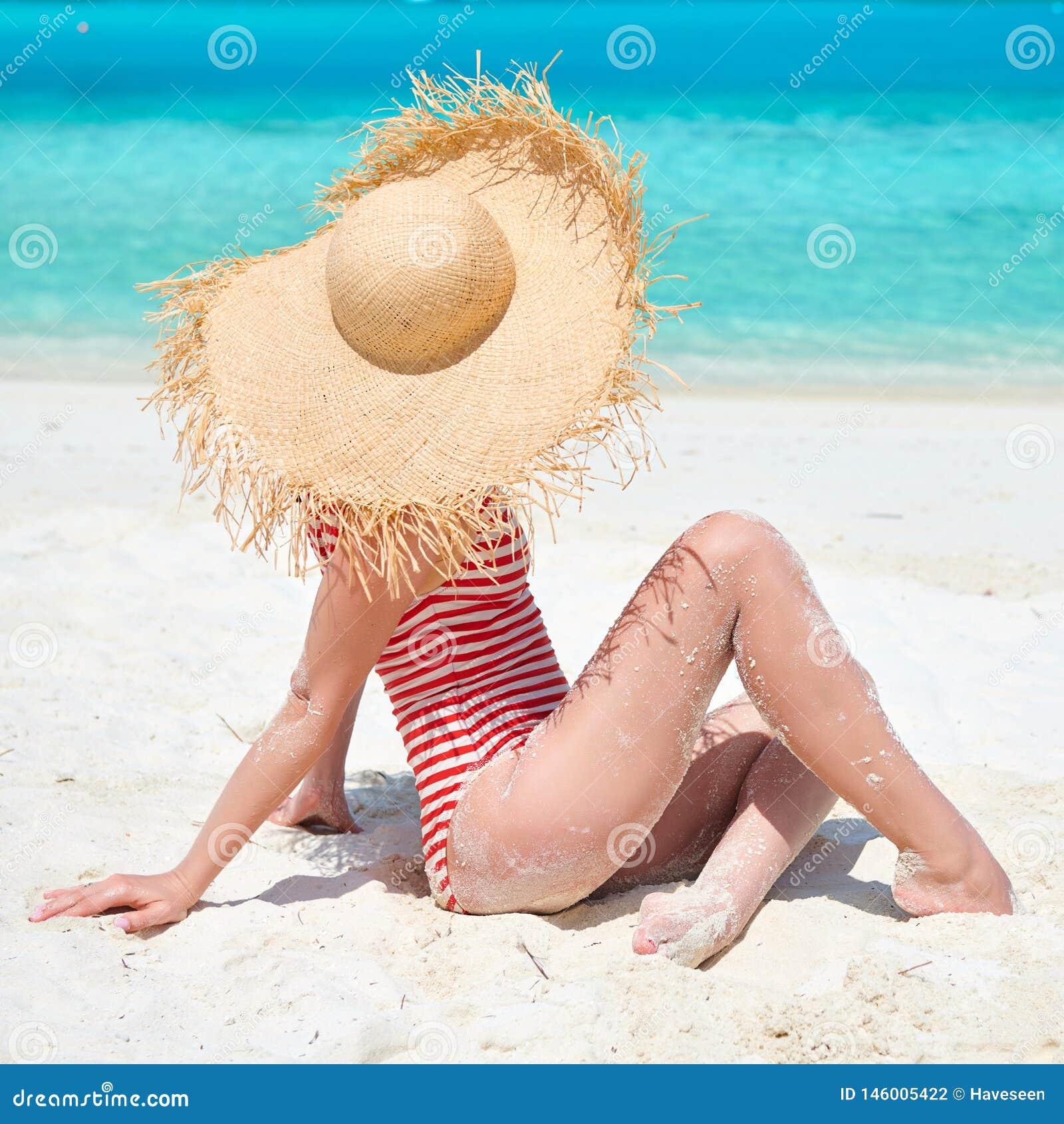 Женщина в цельном купальнике на пляже