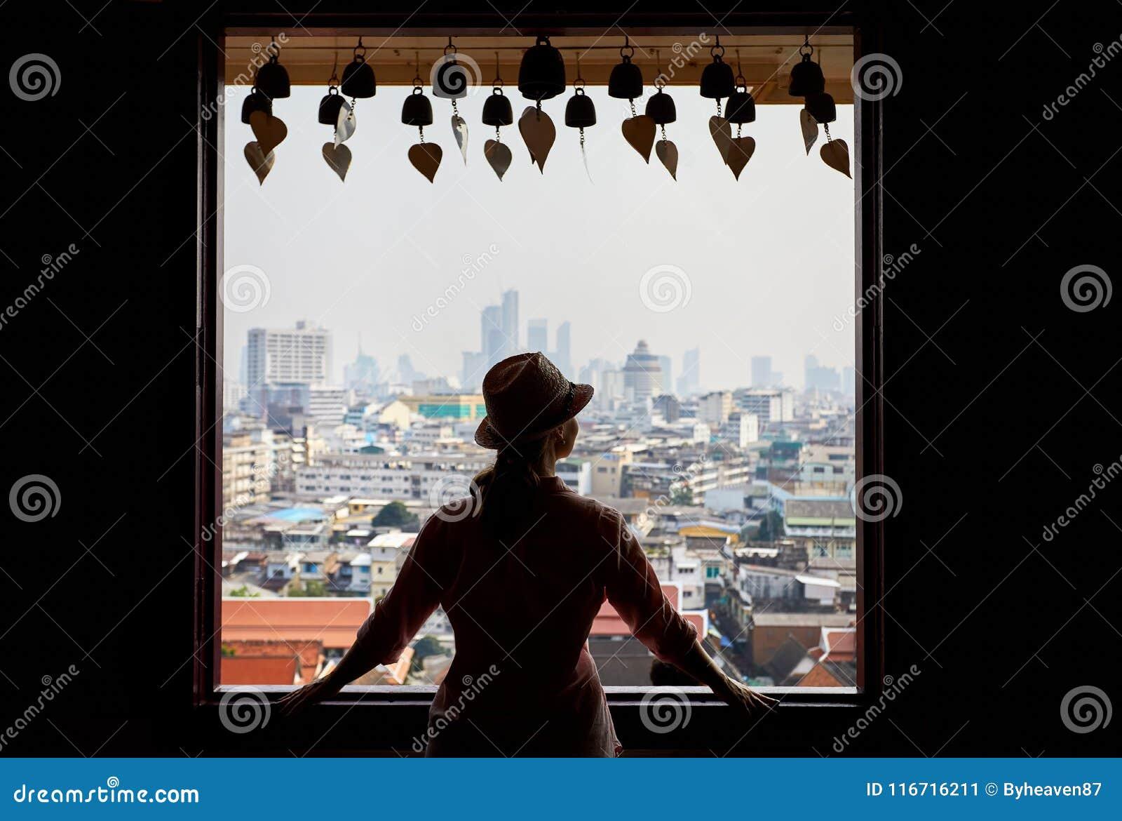 Женщина в Wat Saket в Бангкоке
