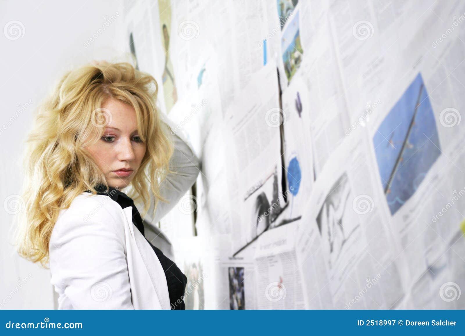 женщина газеты