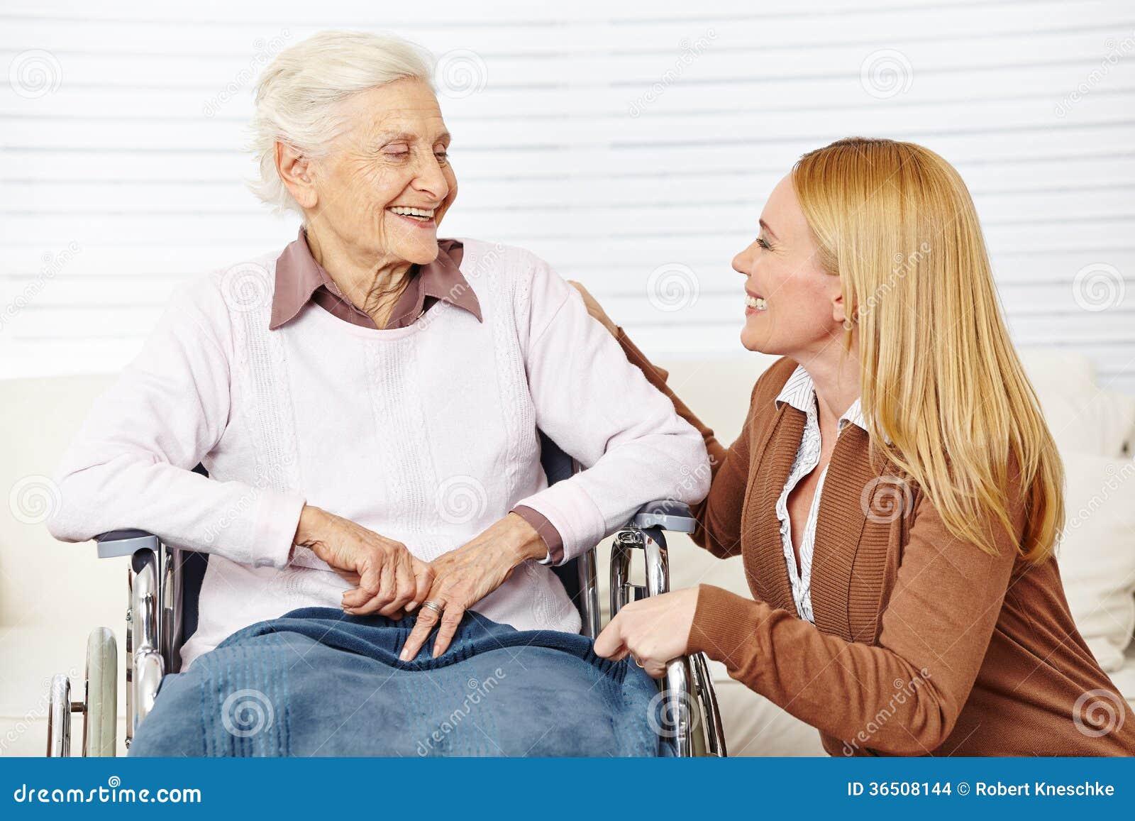 Женщина говоря к пожилому гражданину