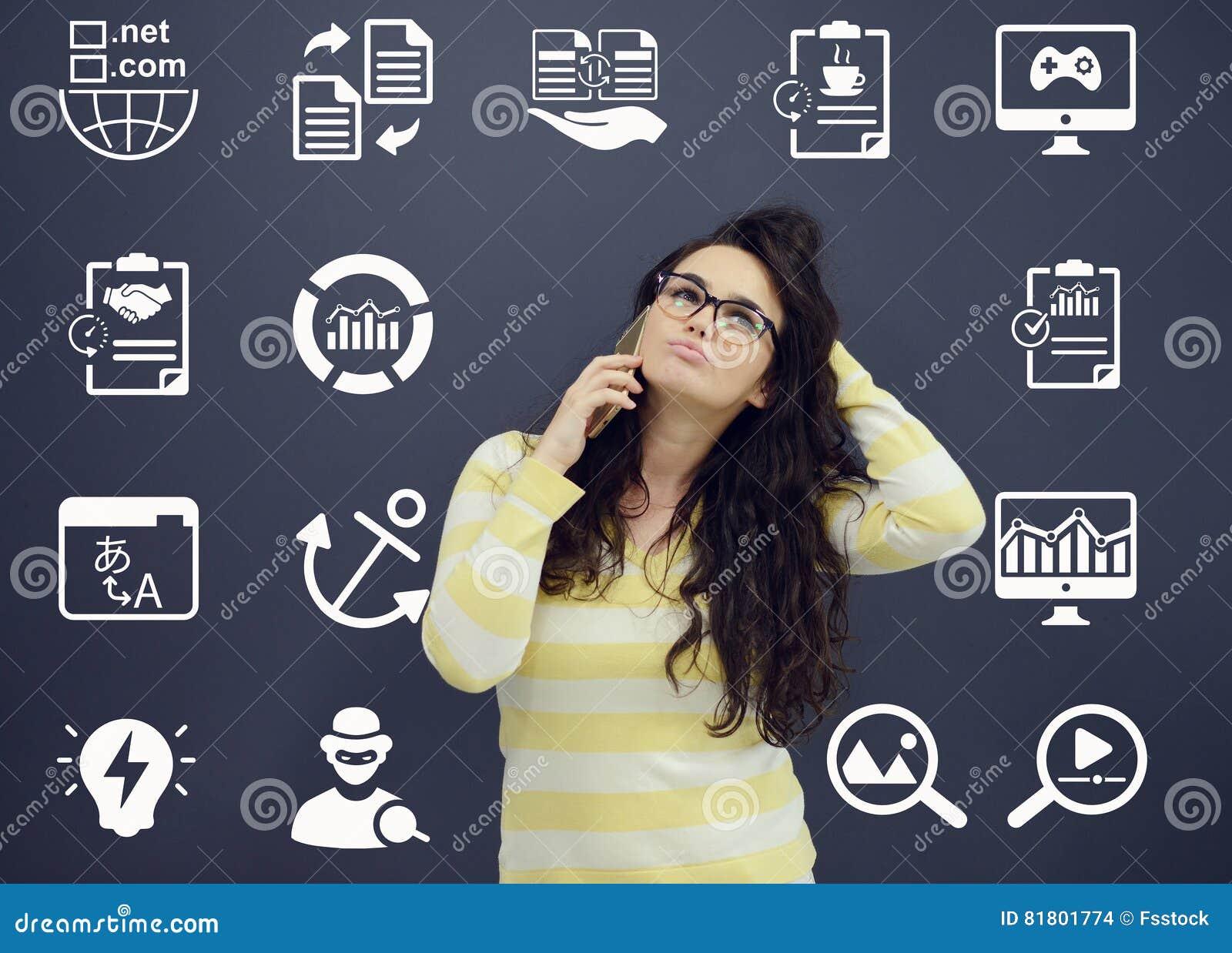 Женщина говоря на телефоне перед предпосылкой с вычерченными диаграммами дела