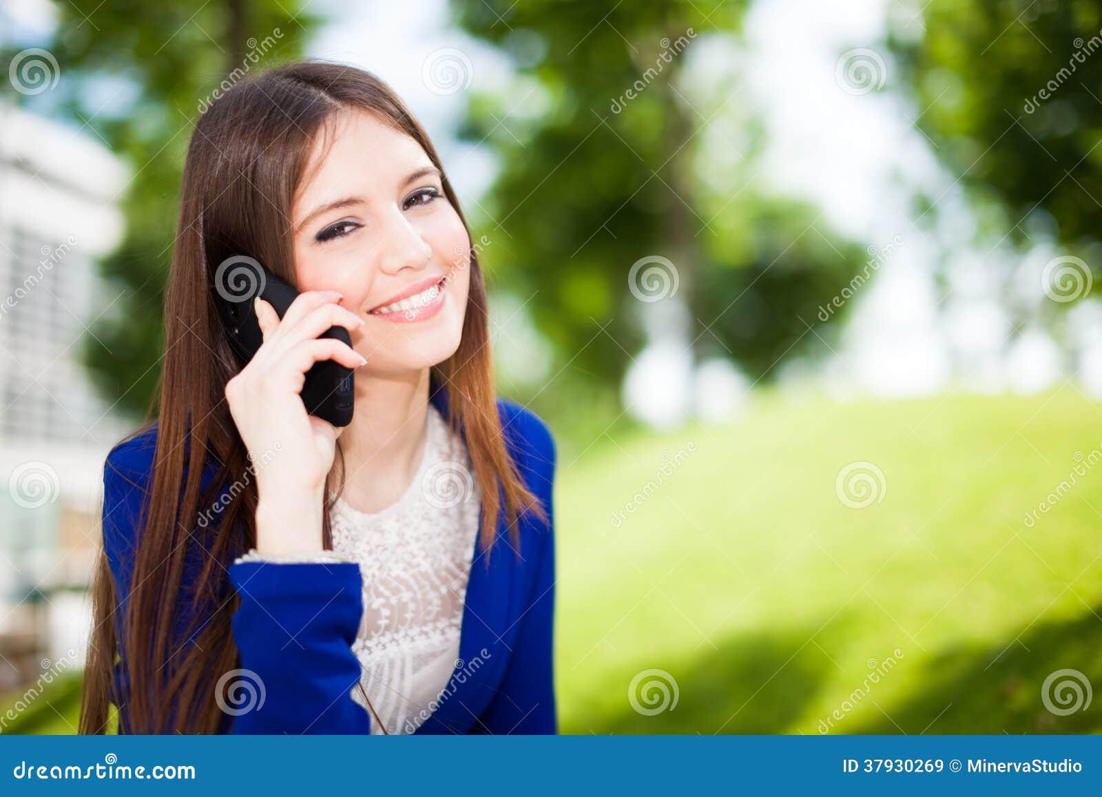 Женщина говоря на телефоне