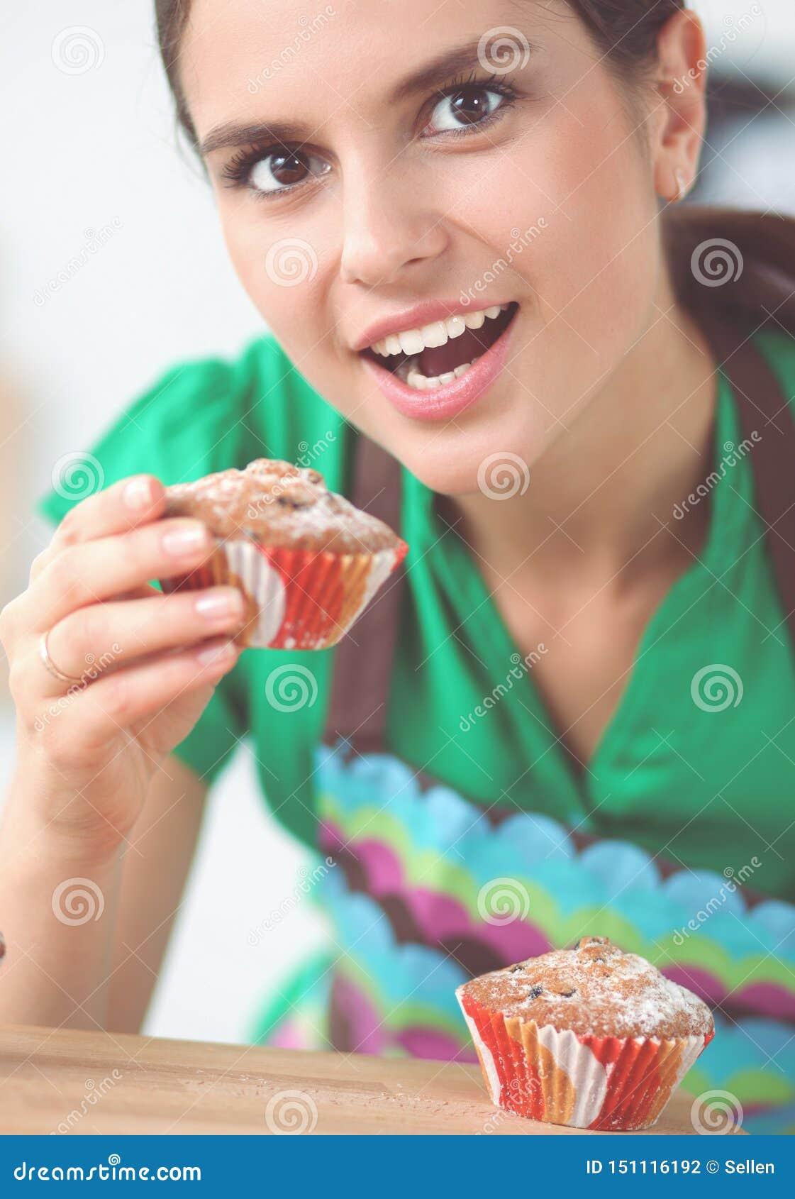 Женщина делает торты в кухне