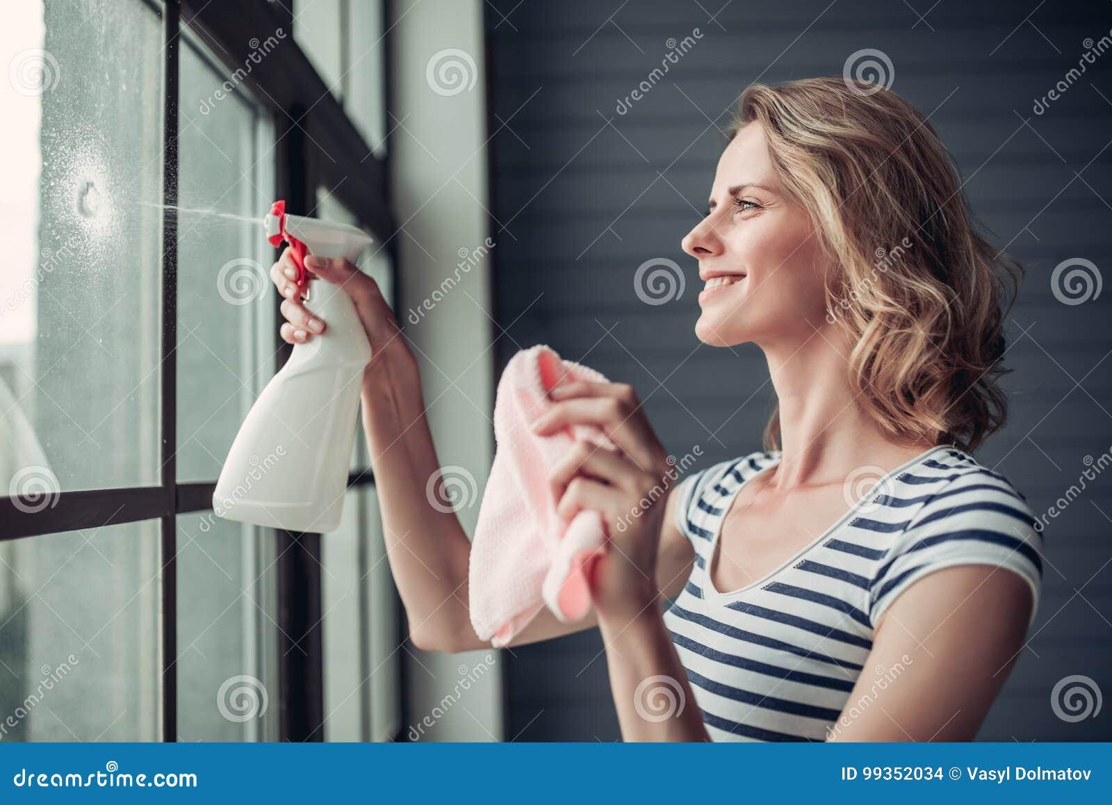 Женщина делая очищать дома