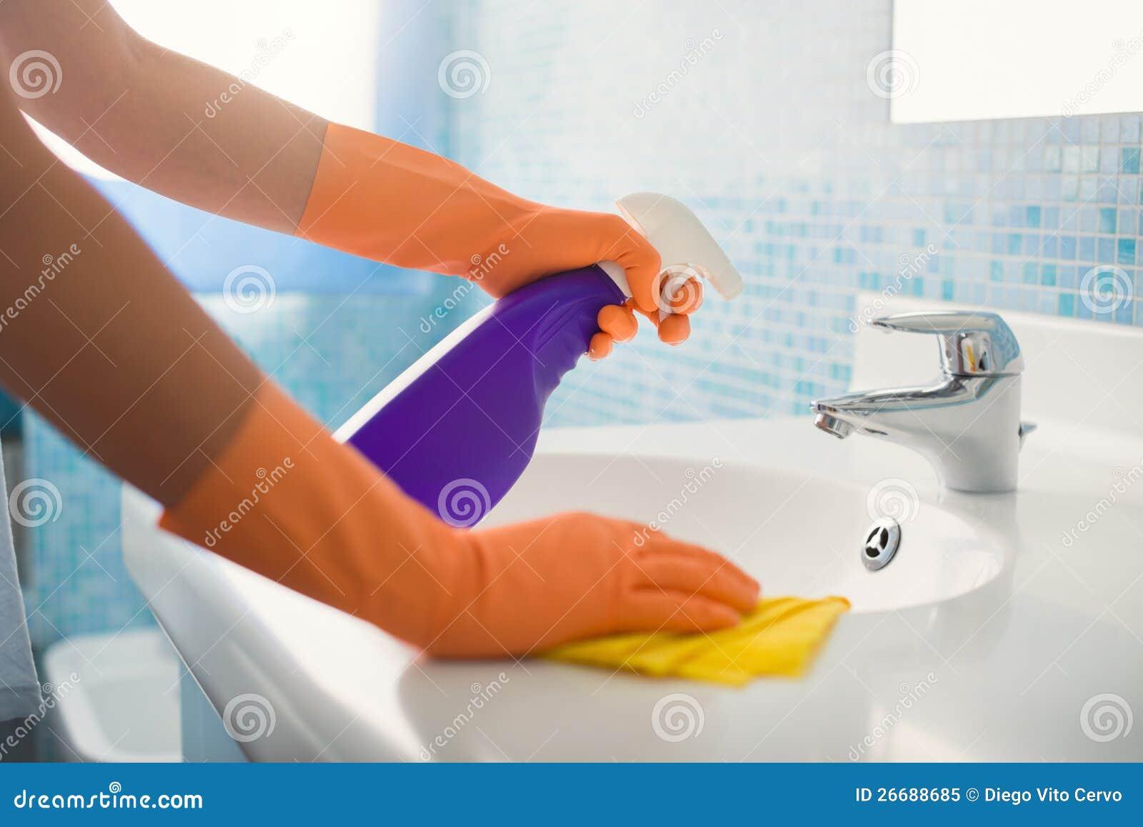 Женщина делая работы по дома очищая ванную комнату дома