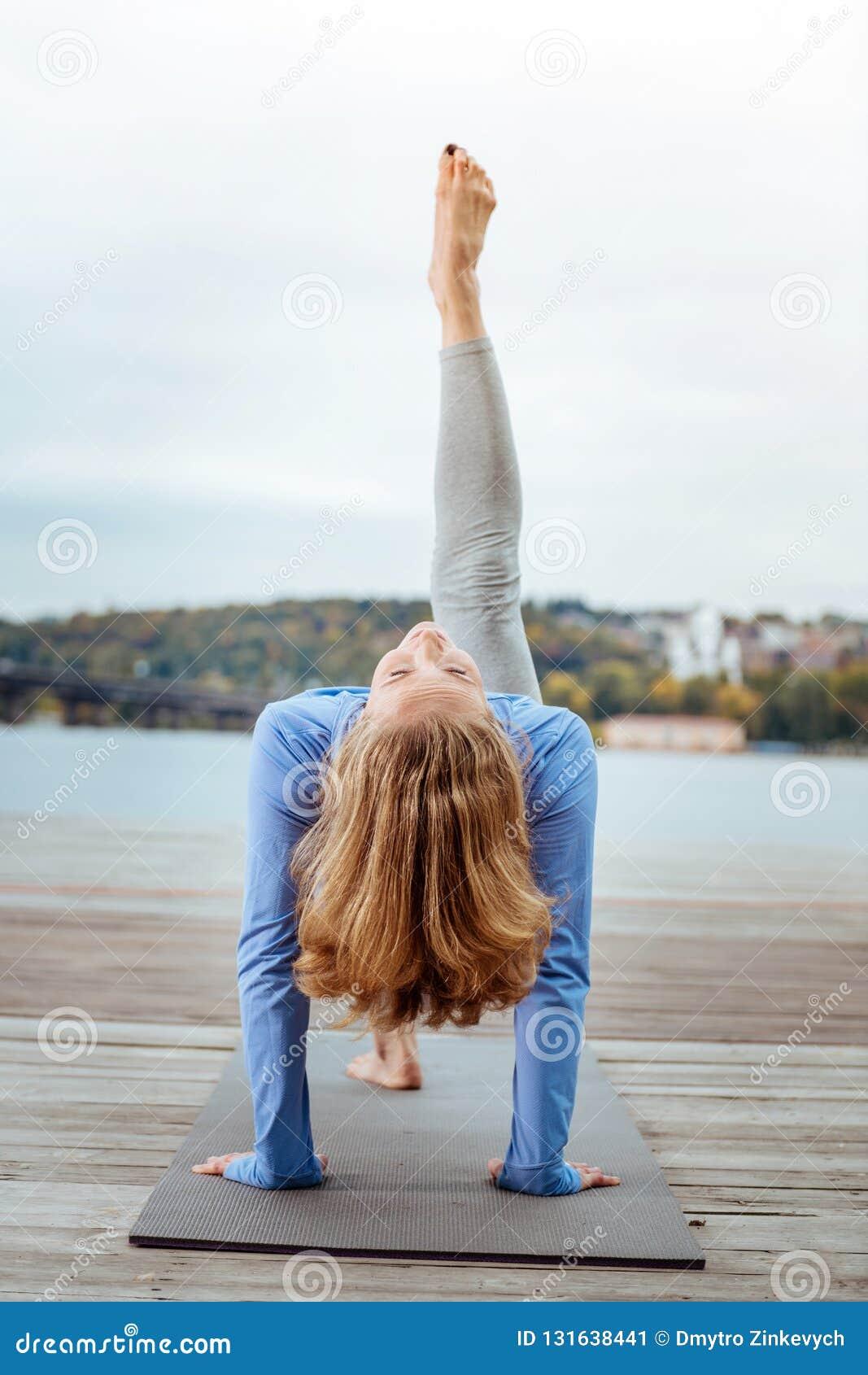 Женщина делая спорт утра около реки