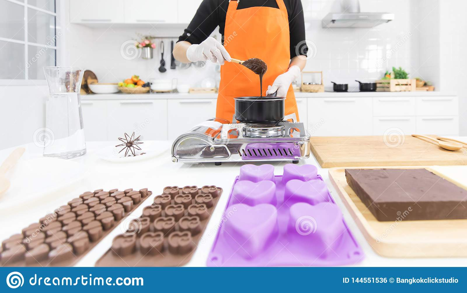 Женщина делая шоколад
