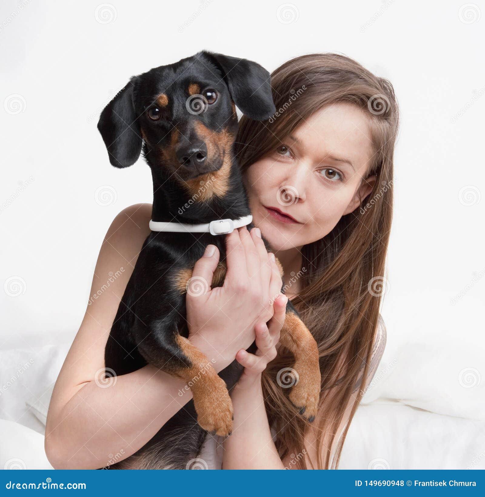 Женщина держа ее собаку