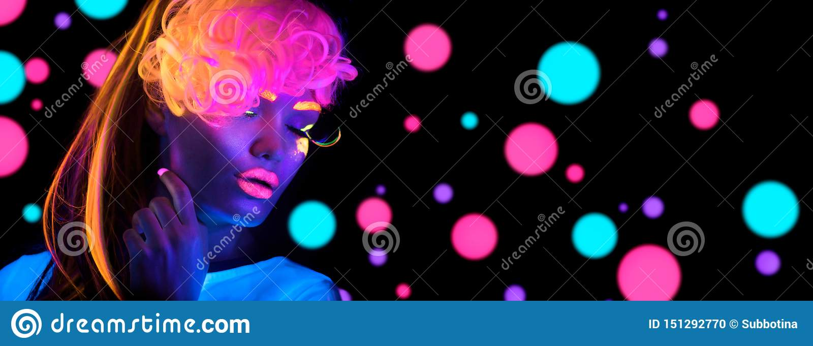 Женщина диско моды Танцуя модель в неоновом свете, портрете девушки красоты с дневным макияжем