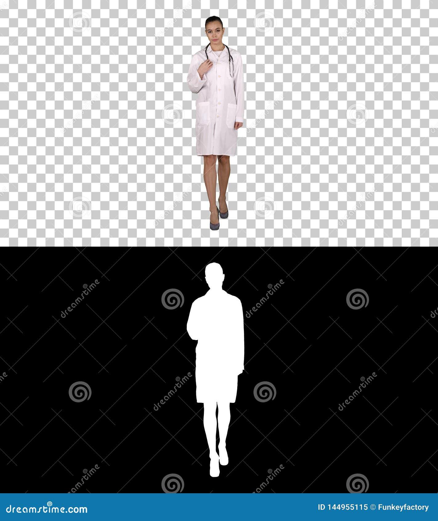 Женщина доктора терапевта идя прямой, канал альфы