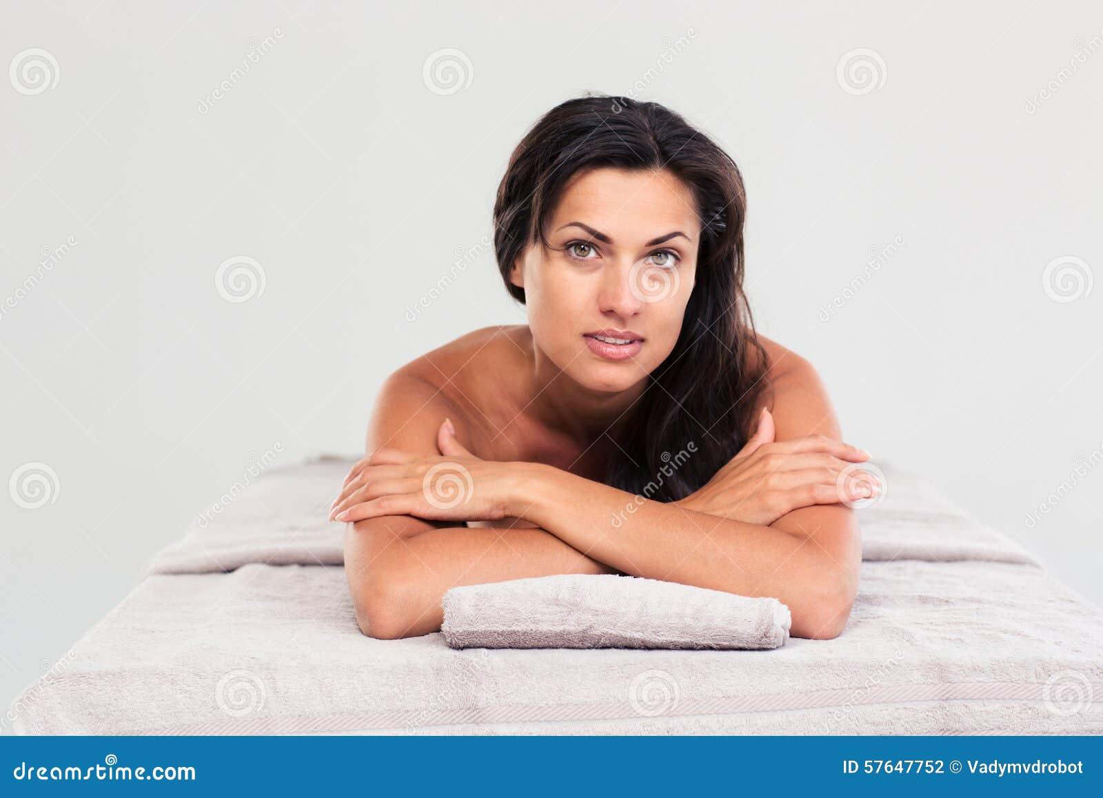 Женщина лежа на lounger массажа