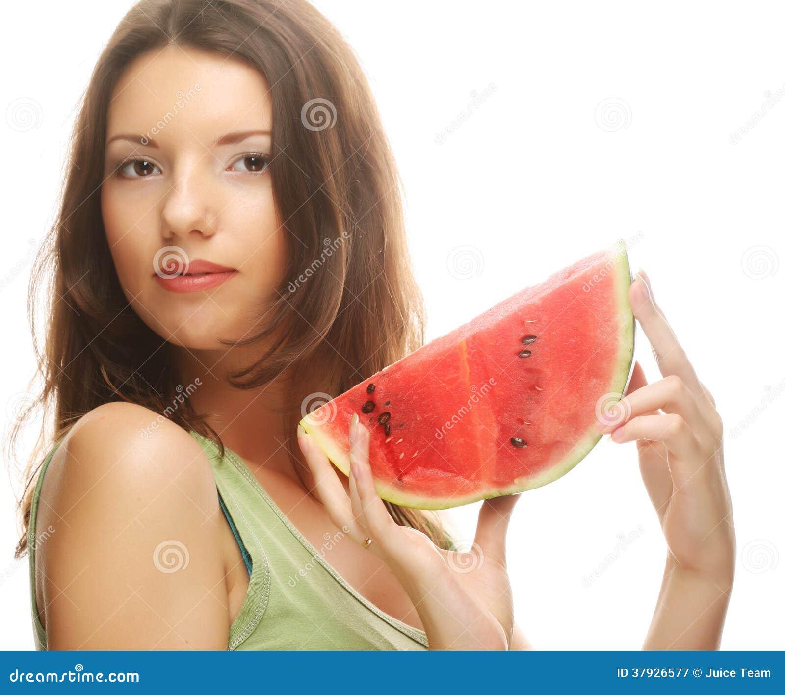 Женщина держа арбуз готовый принять укус