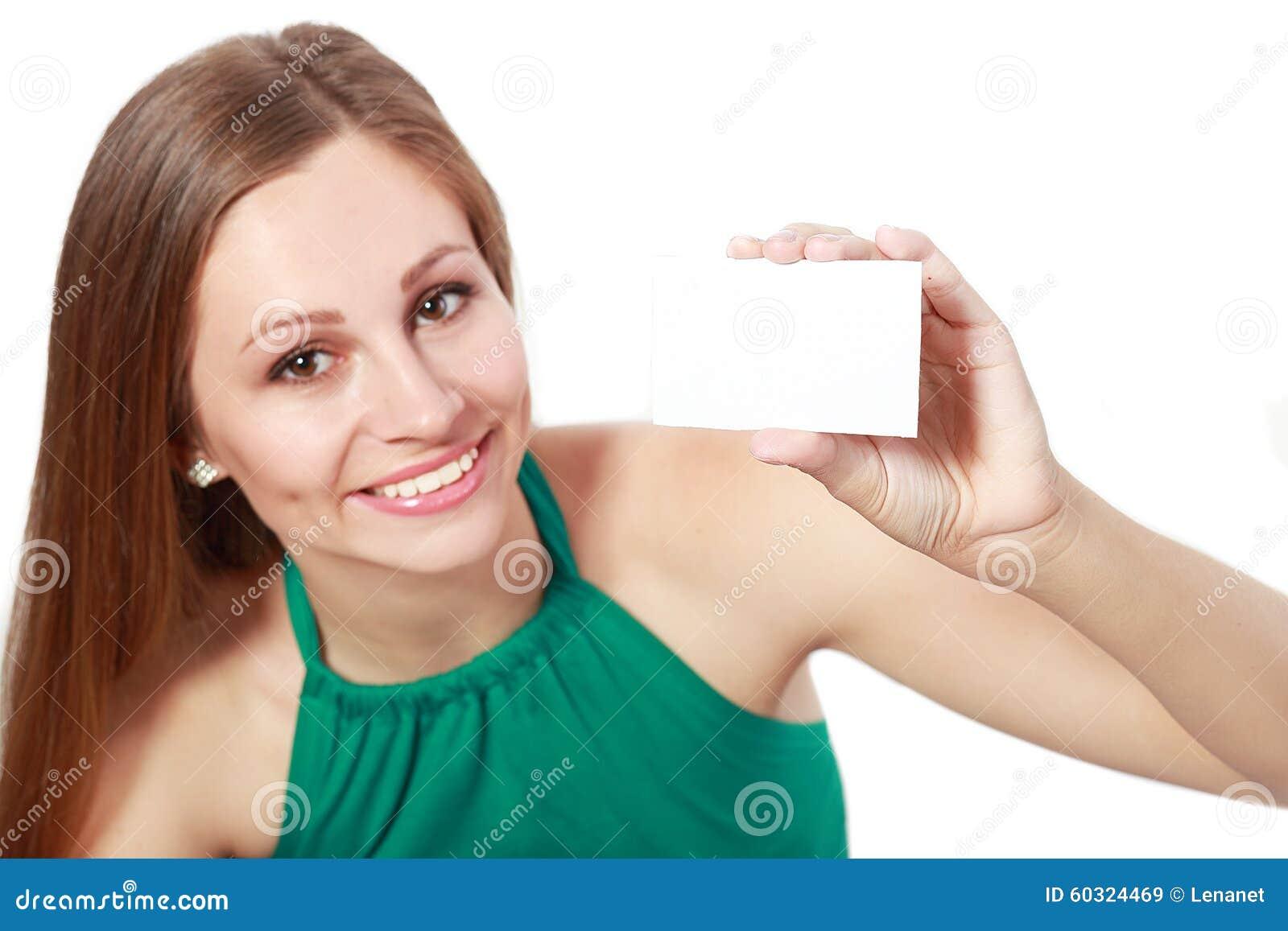 Женщина держа карточку