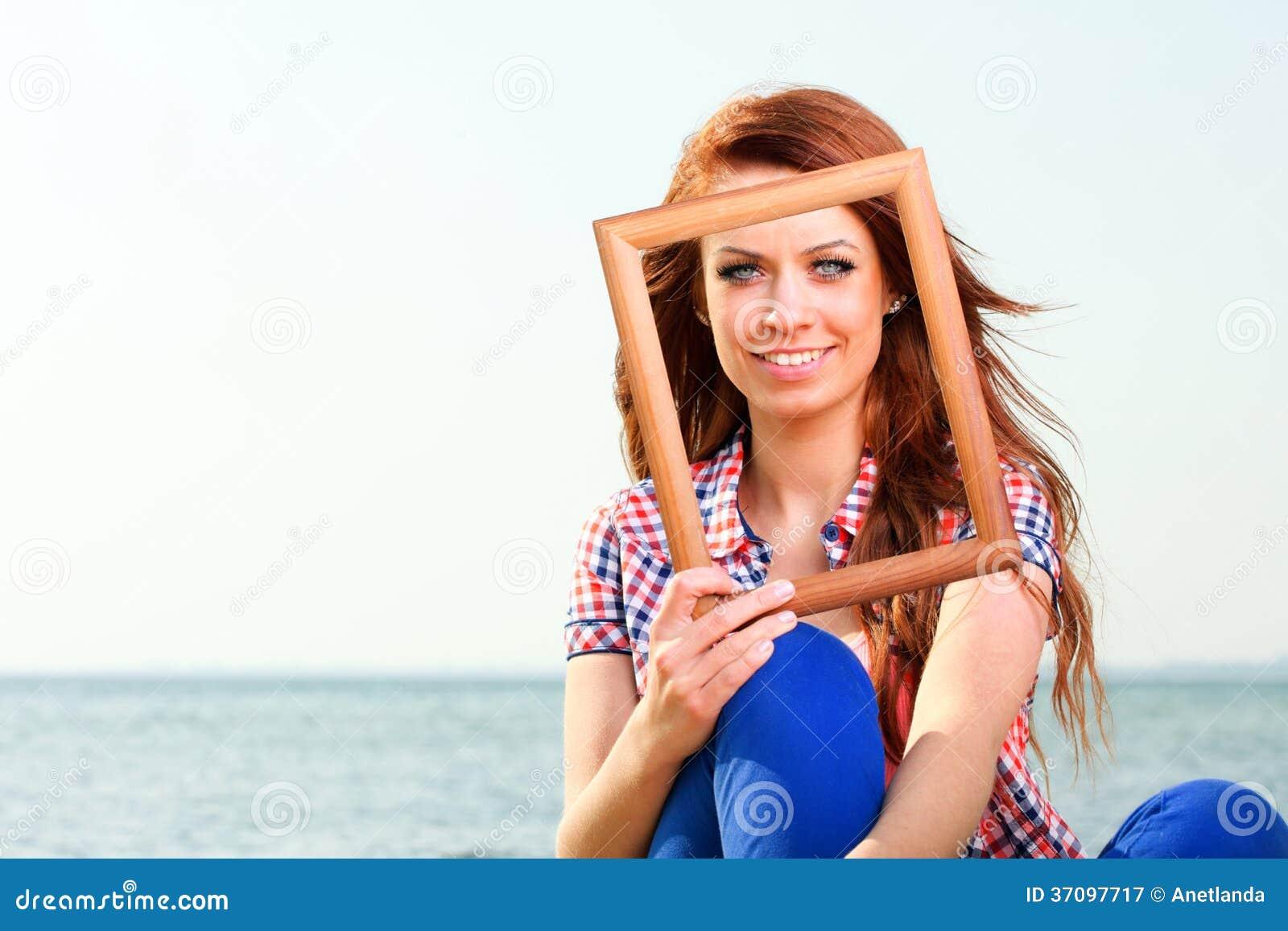 Женщина держа концепцию перемещения рамки