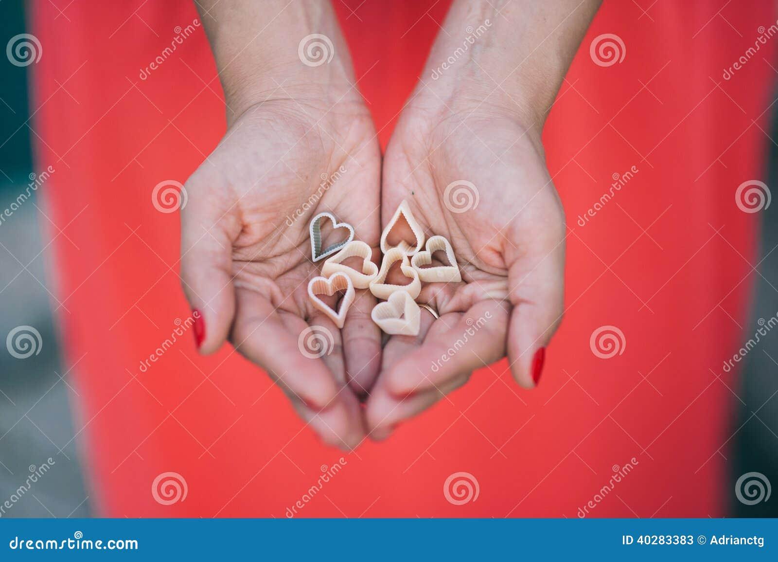 Женщина держа красочные сердца