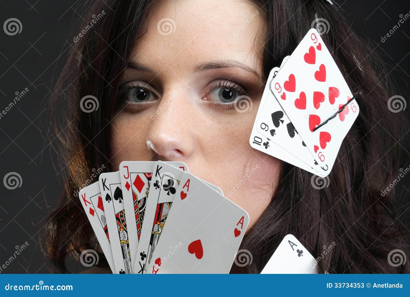 Женщина держа предпосылку играя карточек черную