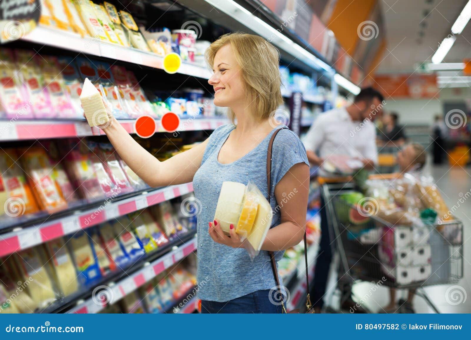 Женщина держа разнообразие сыра