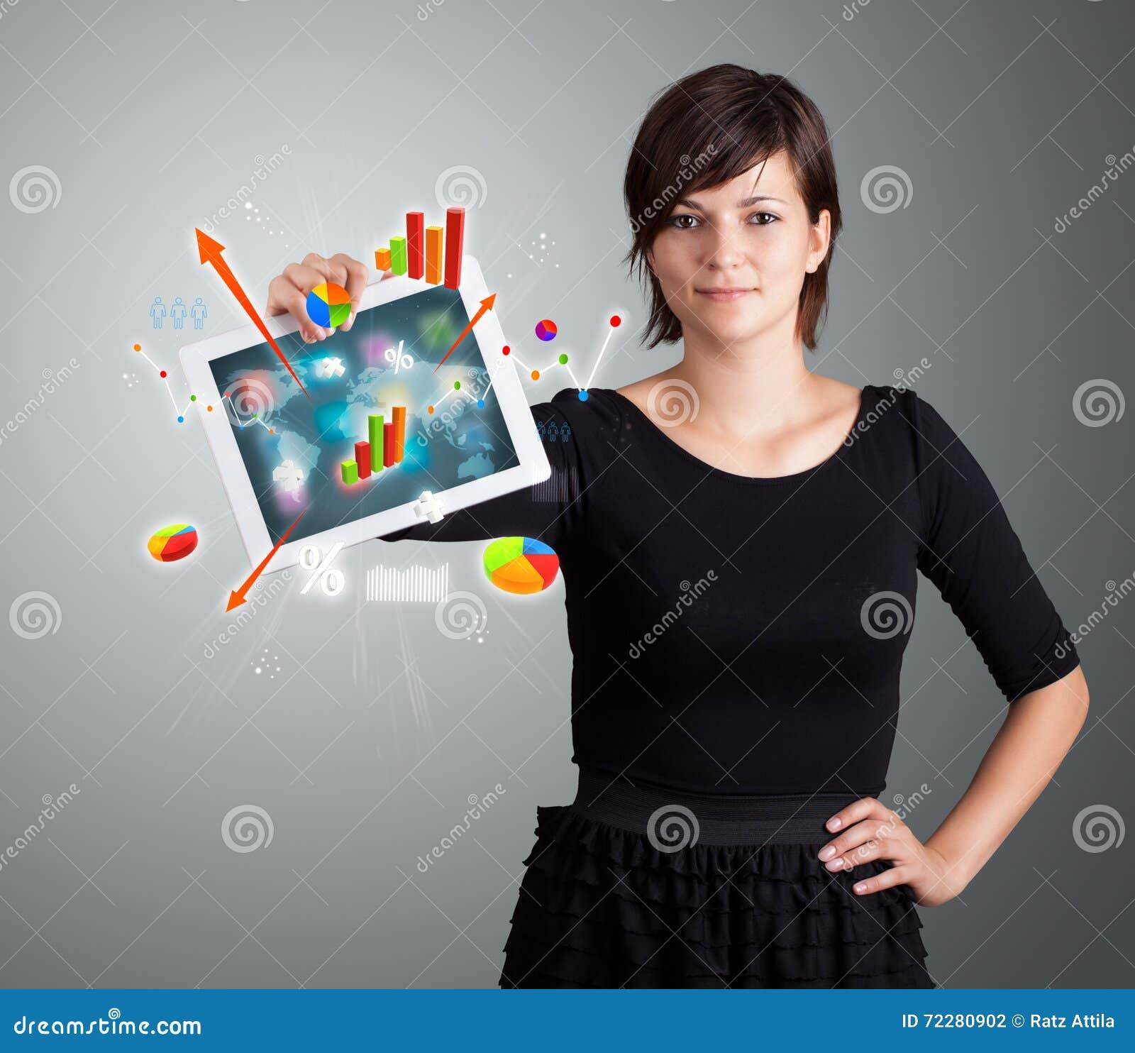 Download Женщина держа самомоднейшую таблетку с цветастыми диаграммами и диаграммами Стоковое Фото - изображение насчитывающей усмешка, цветасто: 72280902