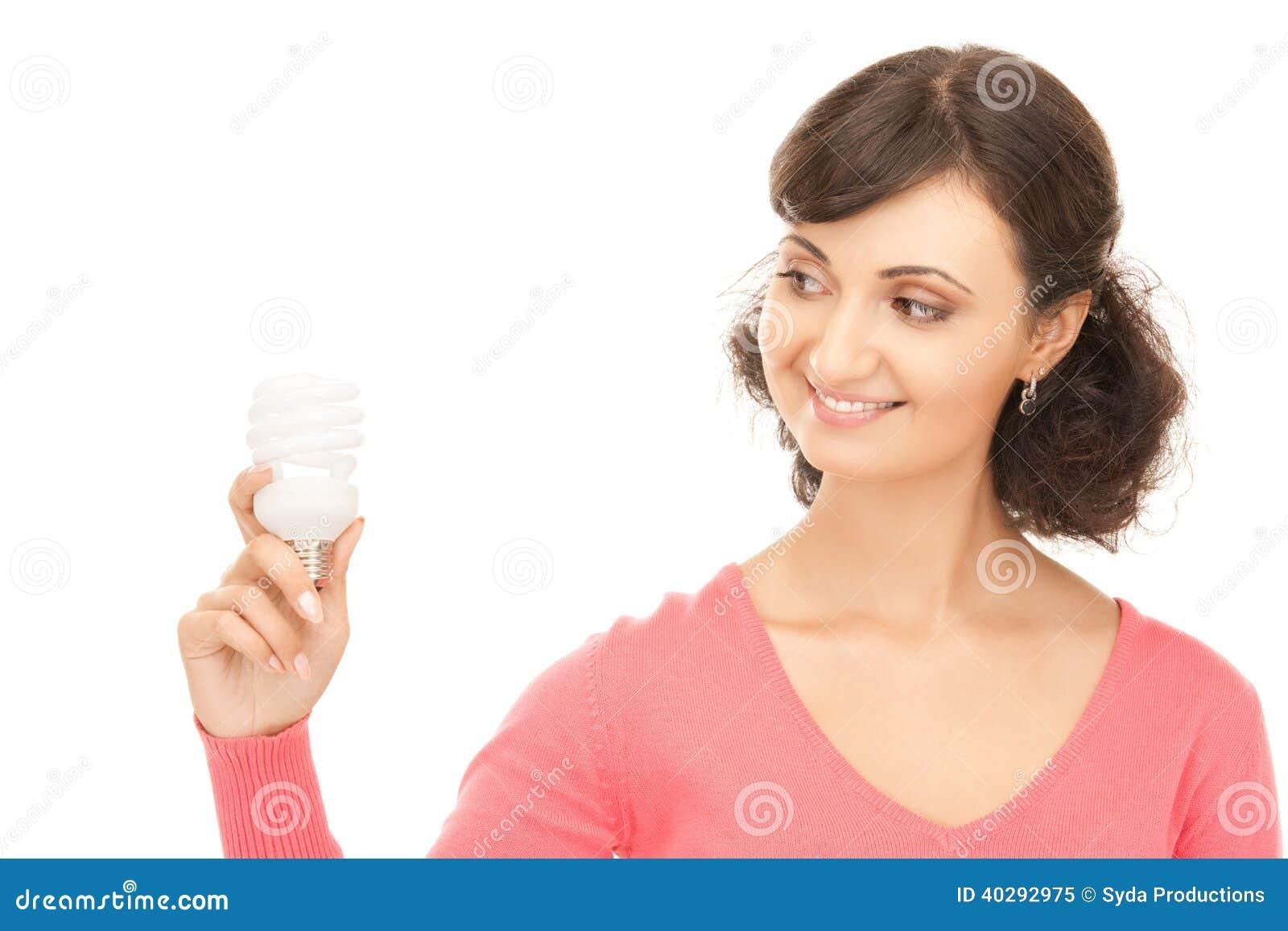 Женщина держа энергосберегающий шарик