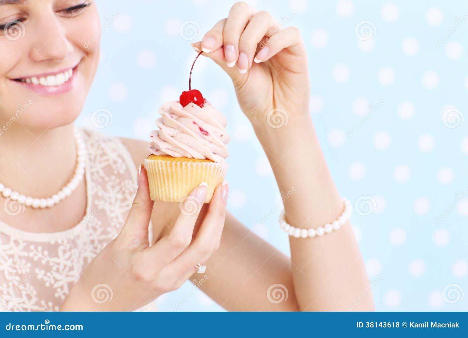 Фото с девушек с пирожными