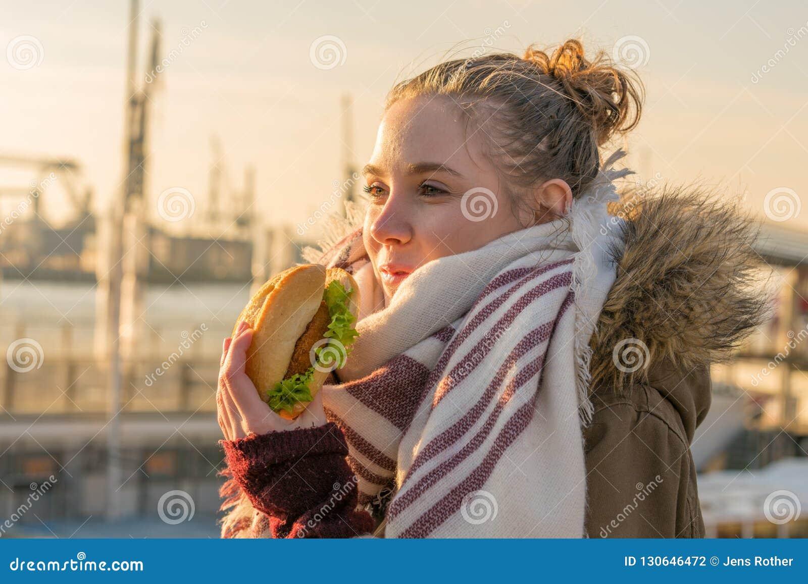 Женщина есть традиционную северную немецкую закуску рыб