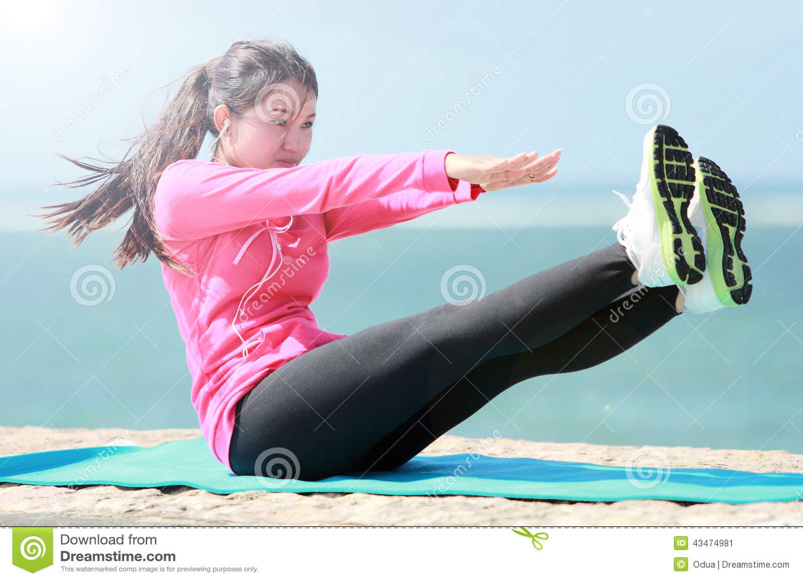 Женщина делая разминку в пляже
