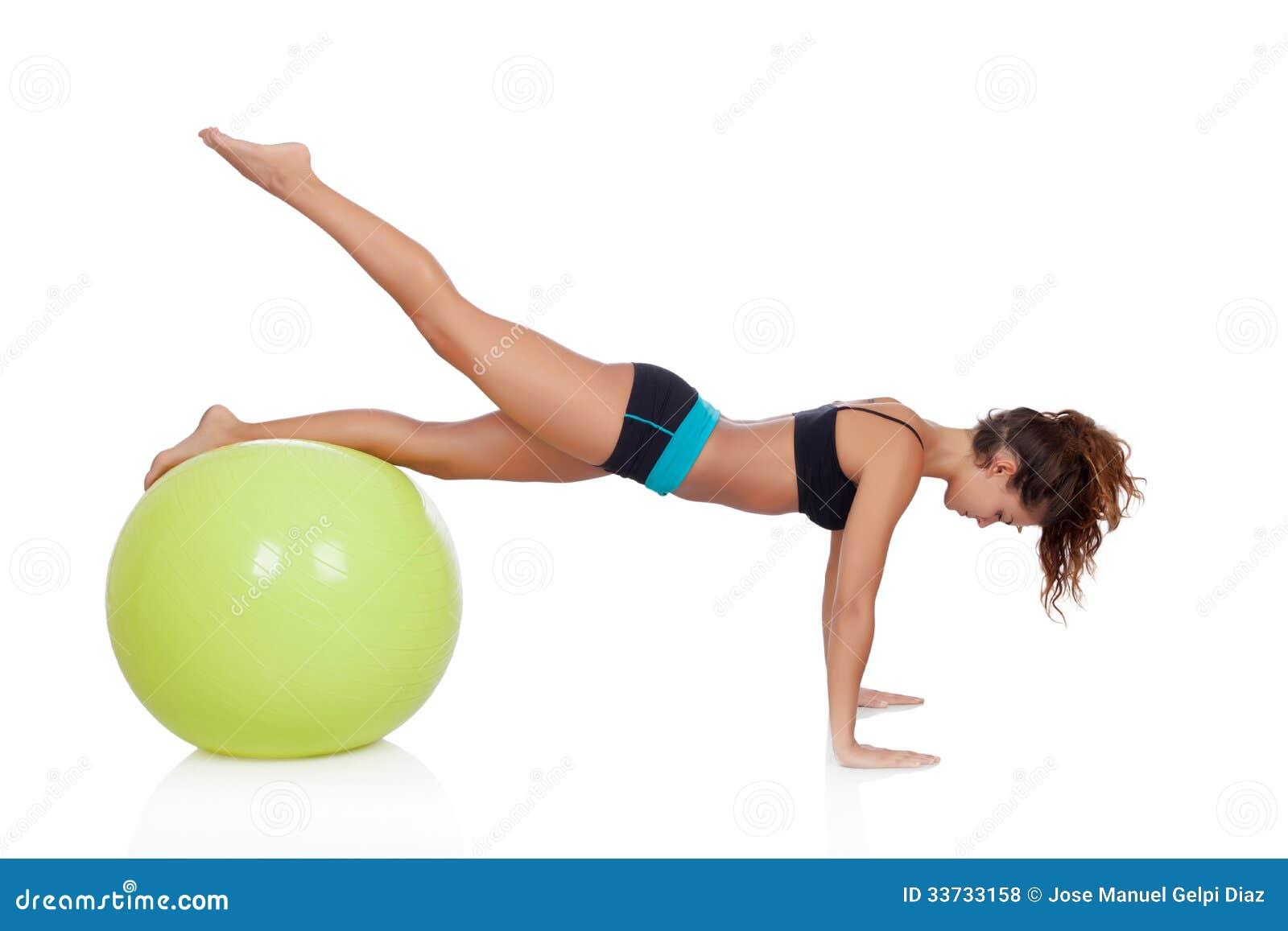 Женщина делая pilates с шариком
