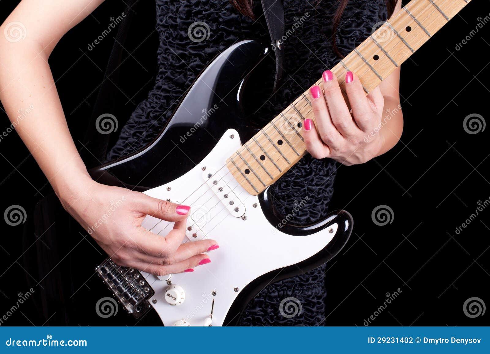 Женщина играя на гитаре