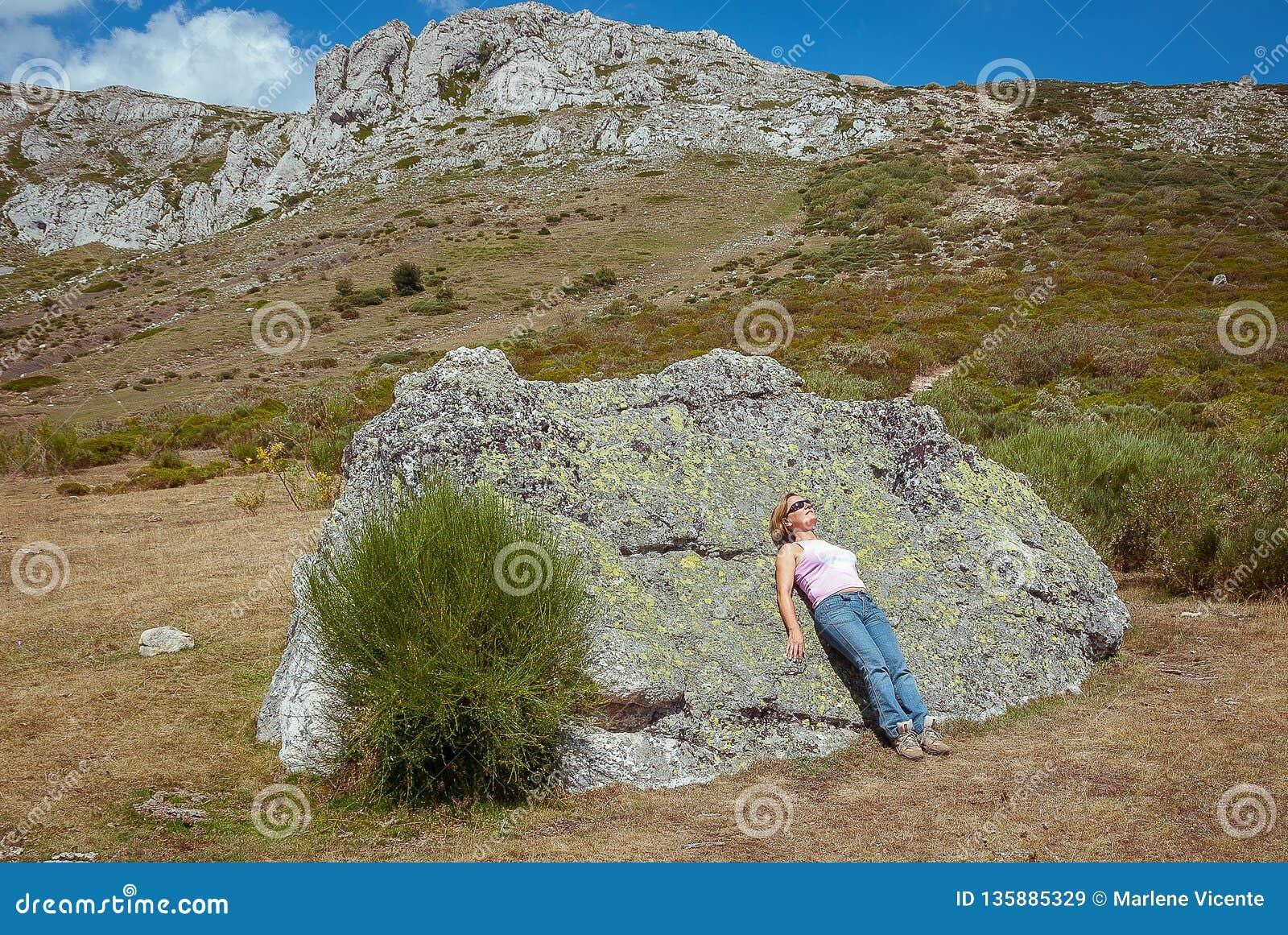 Женщина играя с ее собакой поверх горы Palentina Испания панорамно