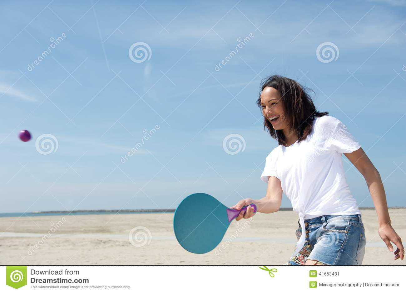 Женщина играя шарик затвора