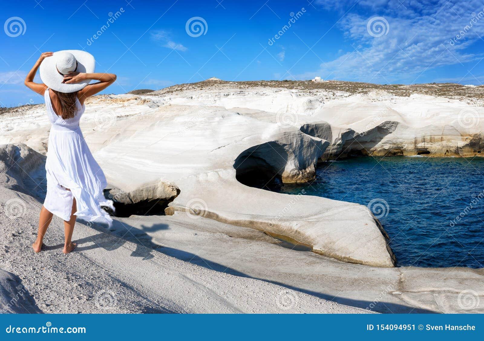 Женщина идет через вулканический ландшафт Sarakiniko на греческом острове Milos