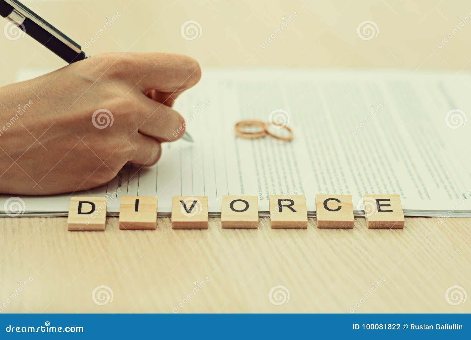 Женщина идя через развод и подписывая бумаги