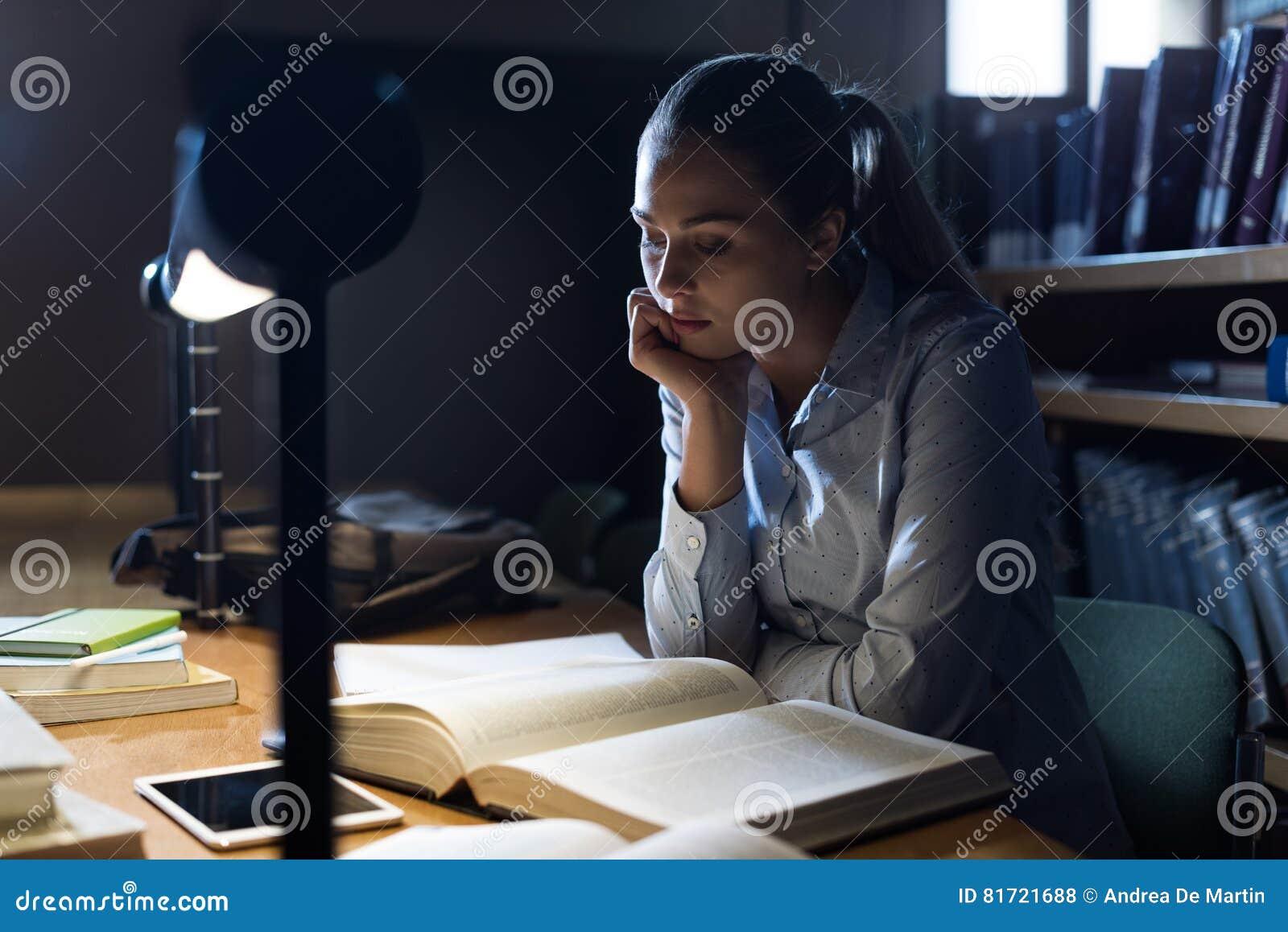 Женщина изучая поздно на ноче