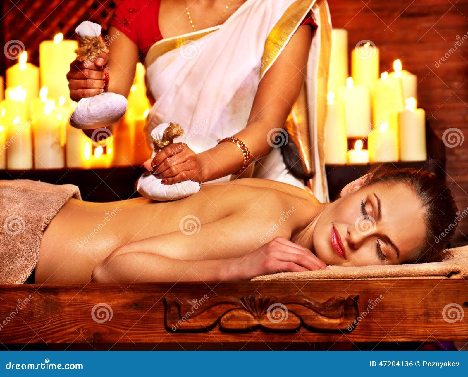 Женщина имея массаж с мешком риса