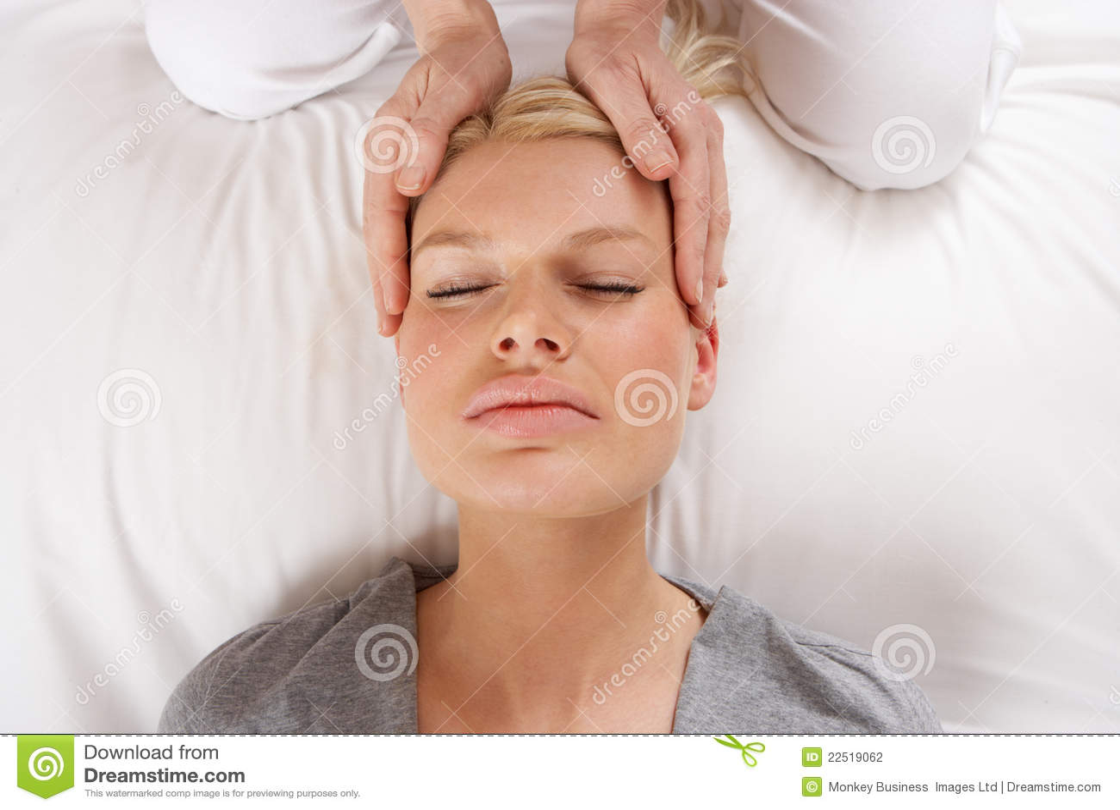 Женщина имея массаж Shiatsu, котор нужно возглавить